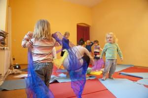 Bewegung und Spiel bei ein Turiya Kinderyoga Kurs in Berlin-Friedrichshain.