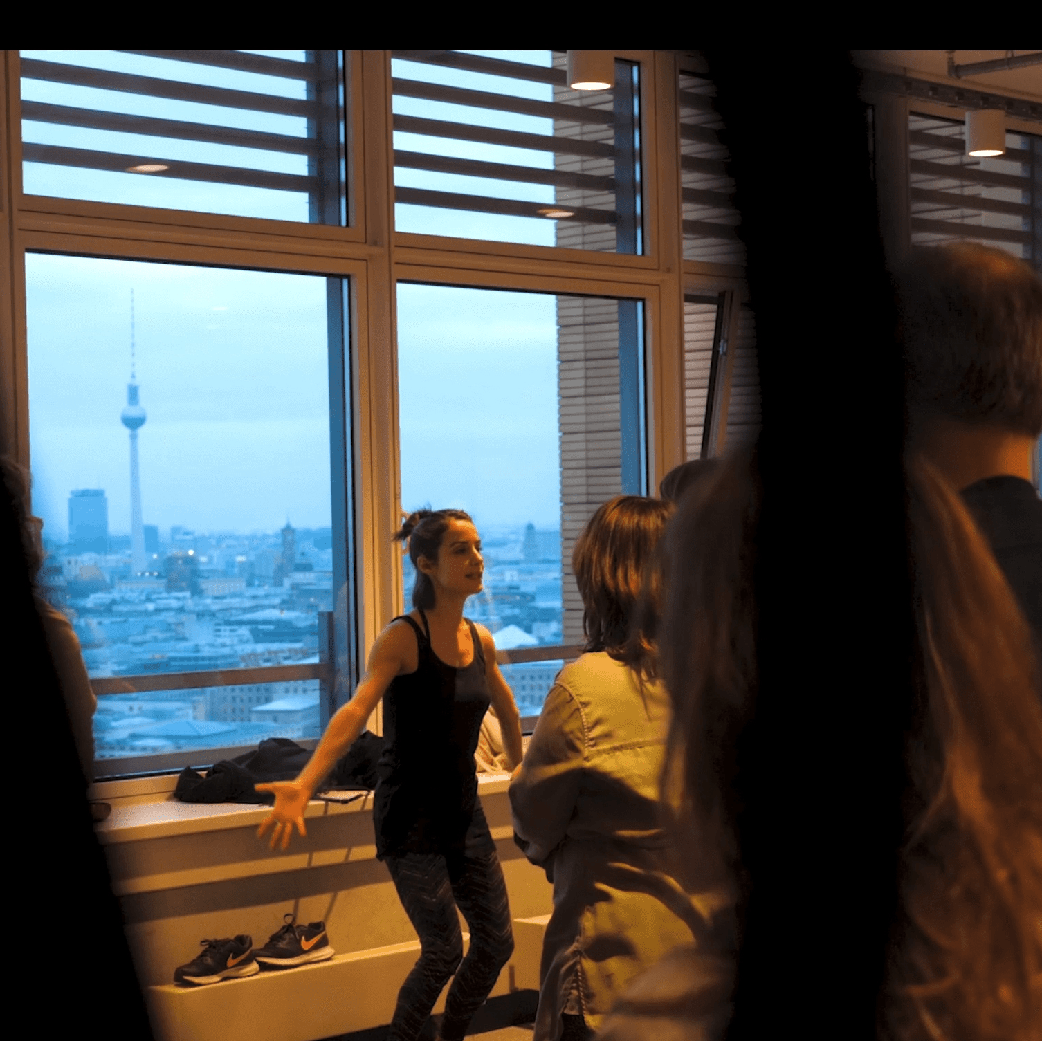 Catherine Jodoin leitet Yogaübungen bei ein Turiya Event in Berlin